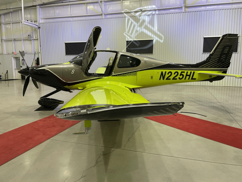 Cirrus SR22T #8000